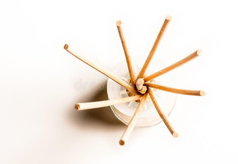 Palillos del incienso en un vidrio imagenes de archivo
