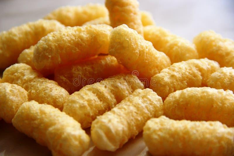 Palillos del maíz de la porción sin el azúcar y el gluten en una tabla gris fotos de archivo libres de regalías