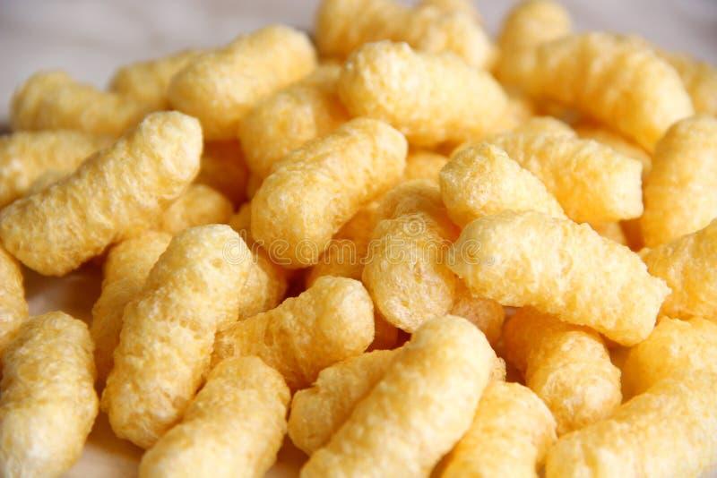 Palillos del maíz de la porción sin el azúcar y el gluten en una tabla fotografía de archivo libre de regalías
