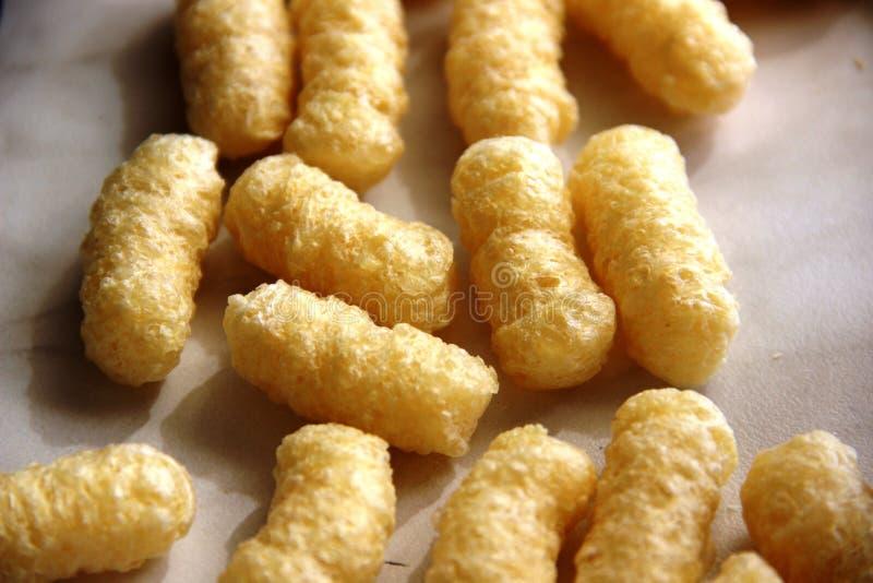 palillos del maíz sin el azúcar y el gluten en una tabla gris fotografía de archivo
