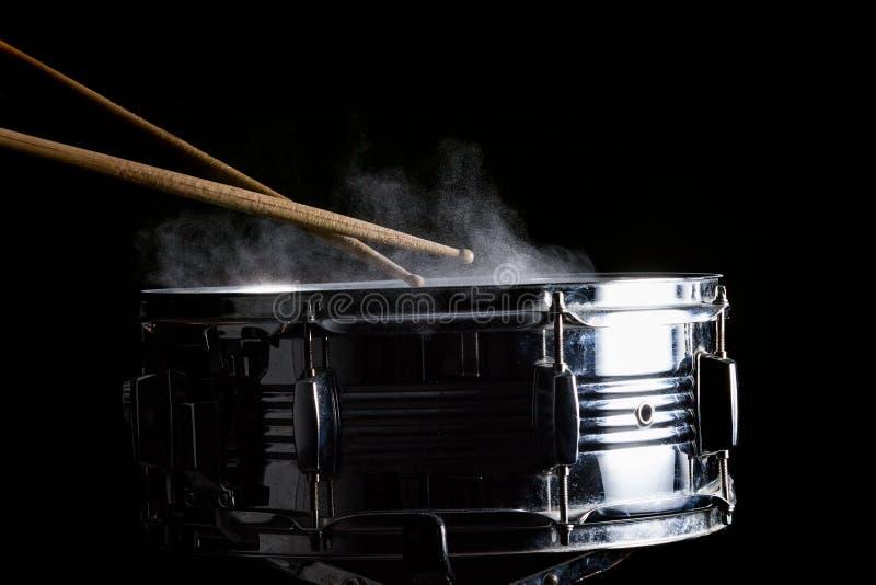 Palillos del tambor golpeados en el tambor imagen de archivo