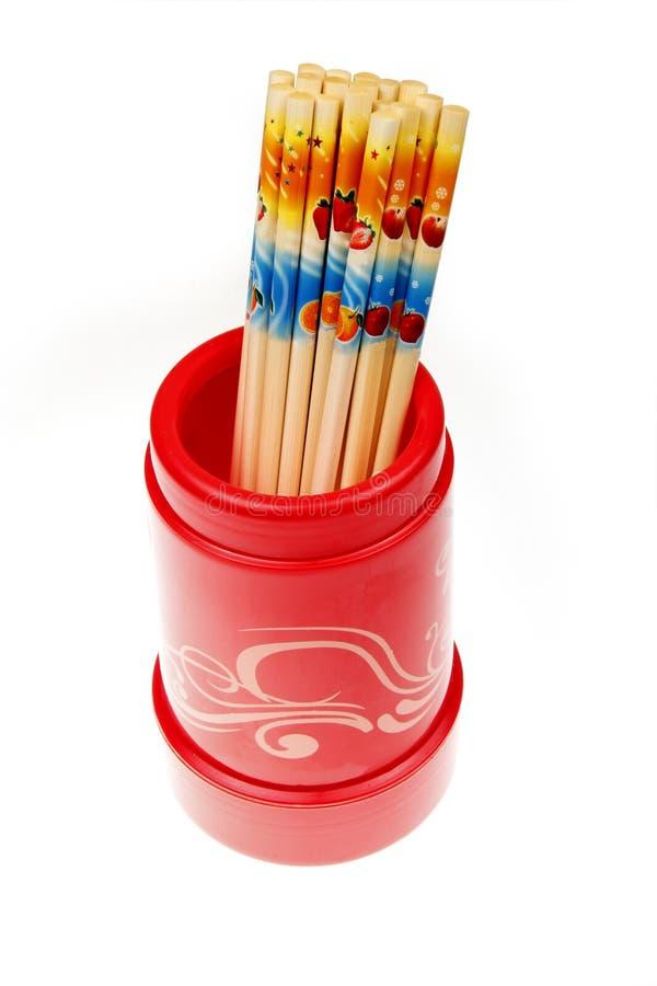 Palillos en sostenedor rojo. fotos de archivo