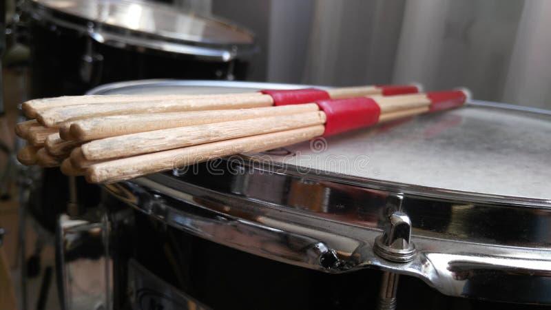 Palillos en trampa del tambor fotografía de archivo