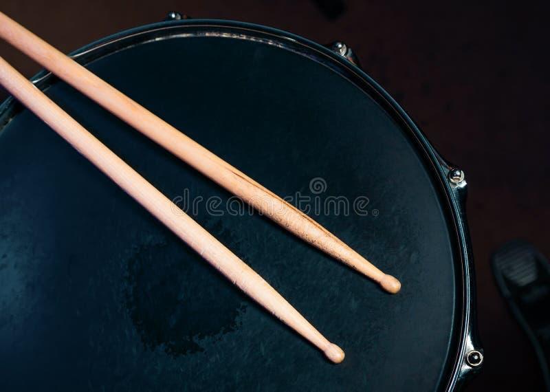 Palillos en un fondo negro de la trampa Palillos hermosos Música, concepto del concierto foto de archivo libre de regalías