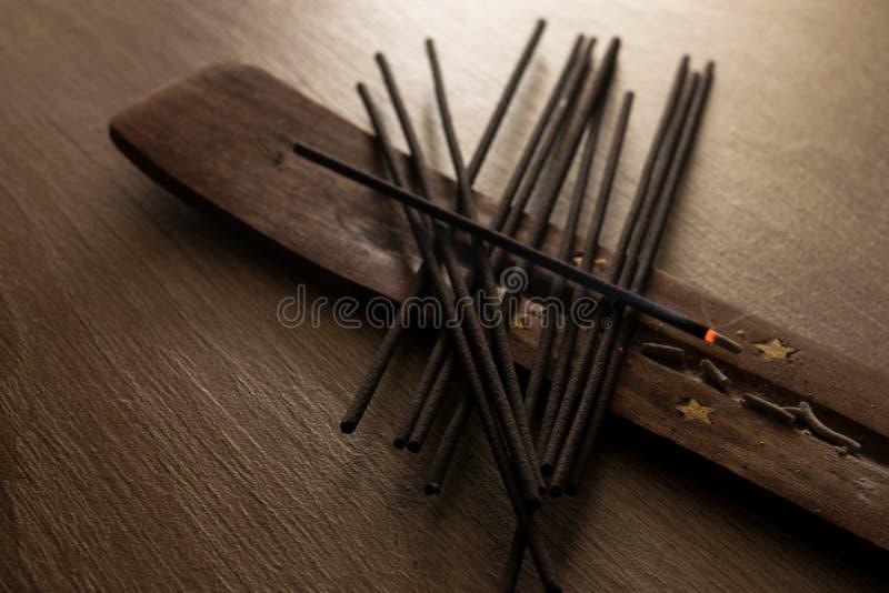 Palillos negros del incienso imagen de archivo libre de regalías
