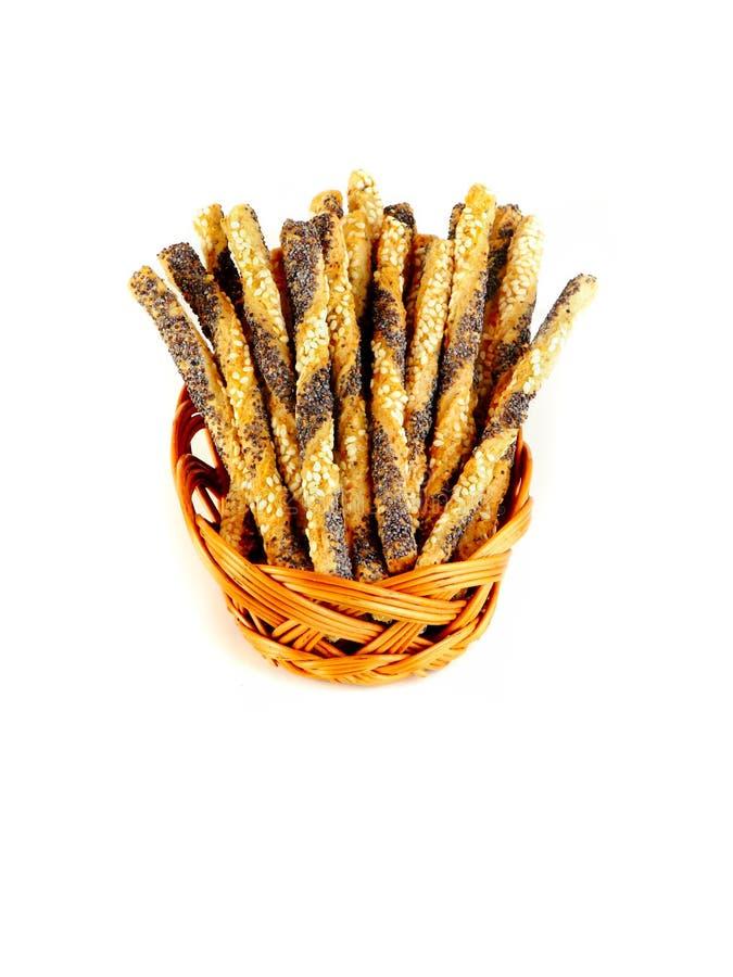 Palillos salados con las semillas del sésamo y de amapola aisladas en el fondo blanco imagen de archivo libre de regalías