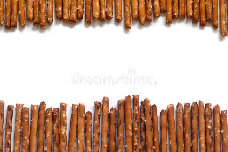 Palillos salados del pretzel en el fondo blanco imagen de archivo