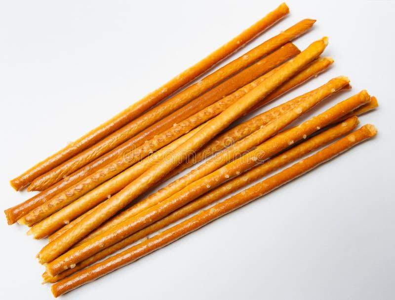 Palillos salados en el fondo blanco fotografía de archivo