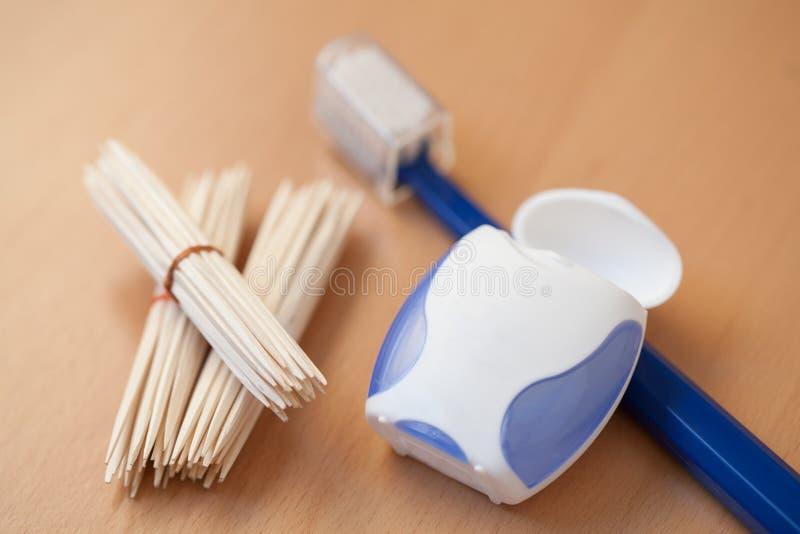 Palillos, seda dental y cepillo de dientes foto de archivo libre de regalías