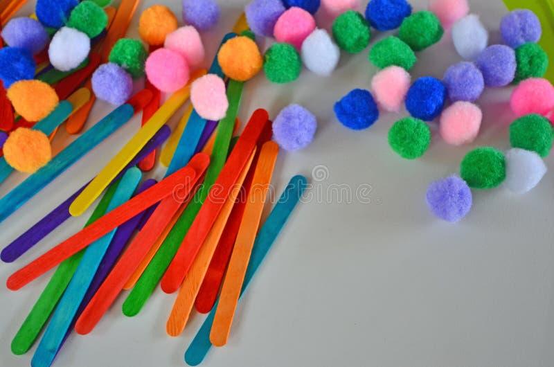 Palillos y bolas coloreados hermosos de la franela para la práctica de los niños de la guardería foto de archivo