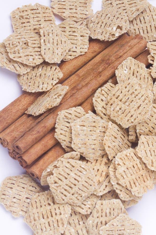 Palillos y cereal de cinamomo fotos de archivo libres de regalías