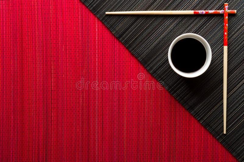 Palillos y cuenco con la salsa de soja fotografía de archivo libre de regalías