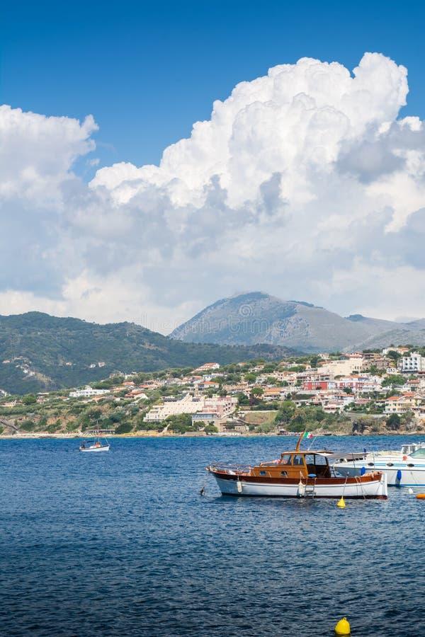 Palinuro港,在意大利,多云天空背景的 免版税库存照片
