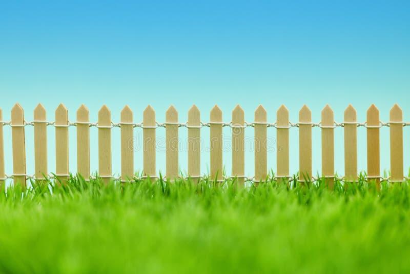 Palisadenzaun als Grenze vom Garten stockfoto