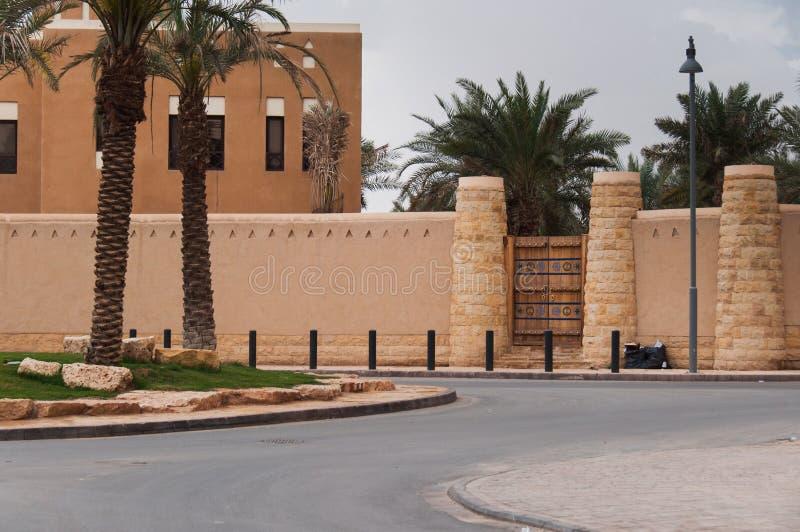 Palissade e fortificação grandes da entrada em Riyadh, Arábia Saudita fotografia de stock royalty free