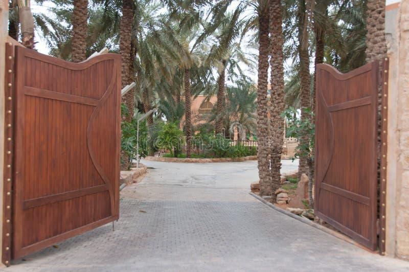 Palissade e fortificação grandes da entrada em Riyadh, Arábia Saudita imagens de stock royalty free