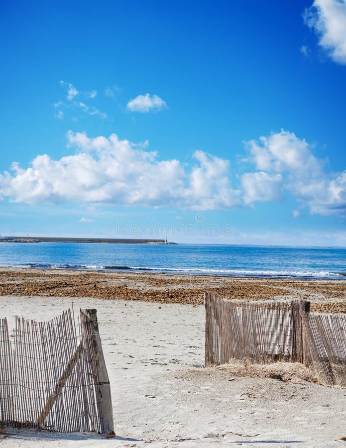 palissades en bois par la plage photo stock image du bleu nuages 48445412. Black Bedroom Furniture Sets. Home Design Ideas