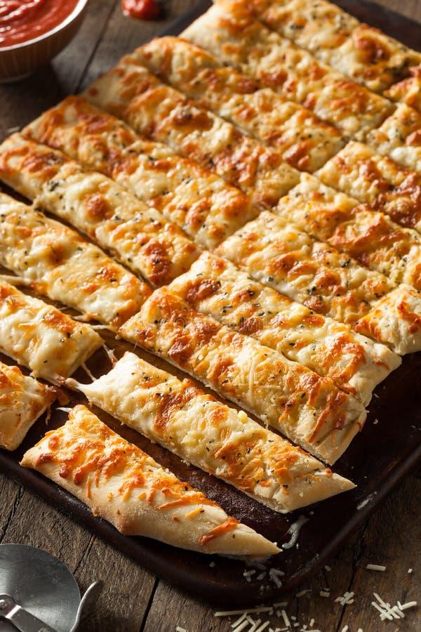 Palitos de queijo caseiros com Marinara fotografia de stock royalty free