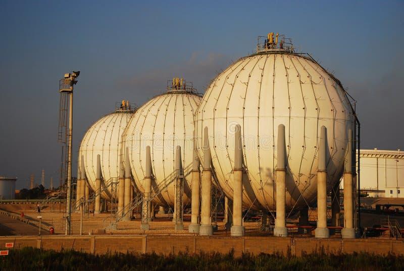 Download Paliwowego Gazu Rafinerii Zbiornik Obraz Stock - Obraz złożonej z drymba, wyposażenie: 13337603