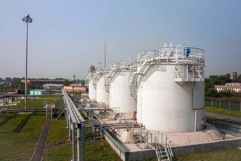 Paliwowi sklepów zbiorniki refueling kompleks zdjęcie stock