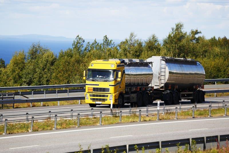 Paliwowy tankowiec w drodze, nafciany i paliwowy, obraz stock