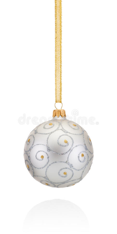 Palla argentea di Natale delle decorazioni che appende sulla treccia dorata isolata fotografia stock libera da diritti
