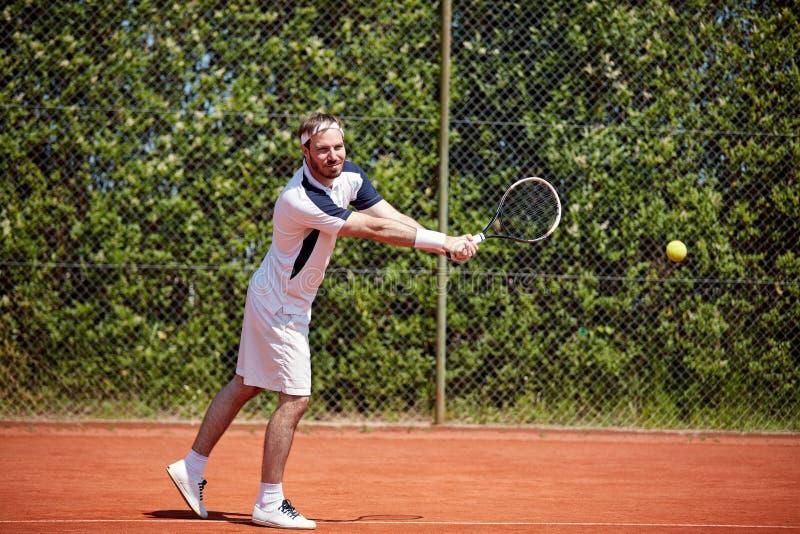 Palla aspettante del tennis immagini stock libere da diritti