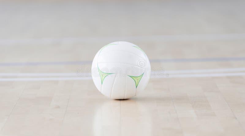 Palla bianca alla corte futsal Sport di squadra immagine stock libera da diritti