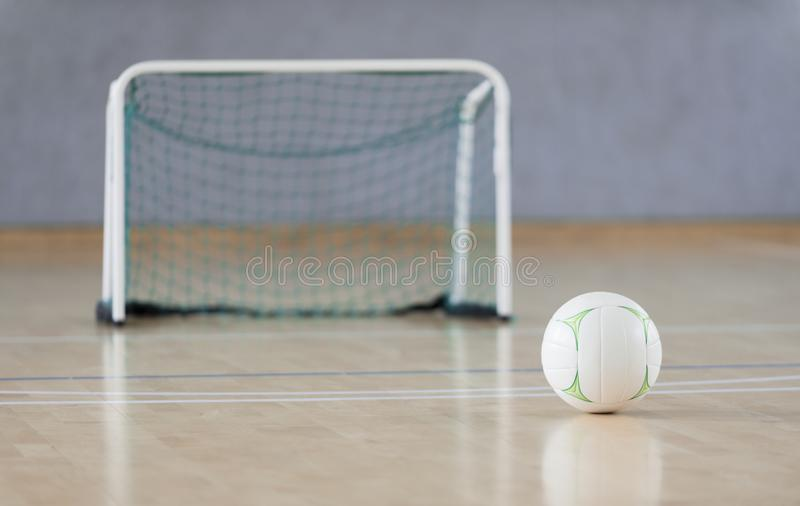 Palla bianca alla corte futsal Sport di squadra fotografia stock