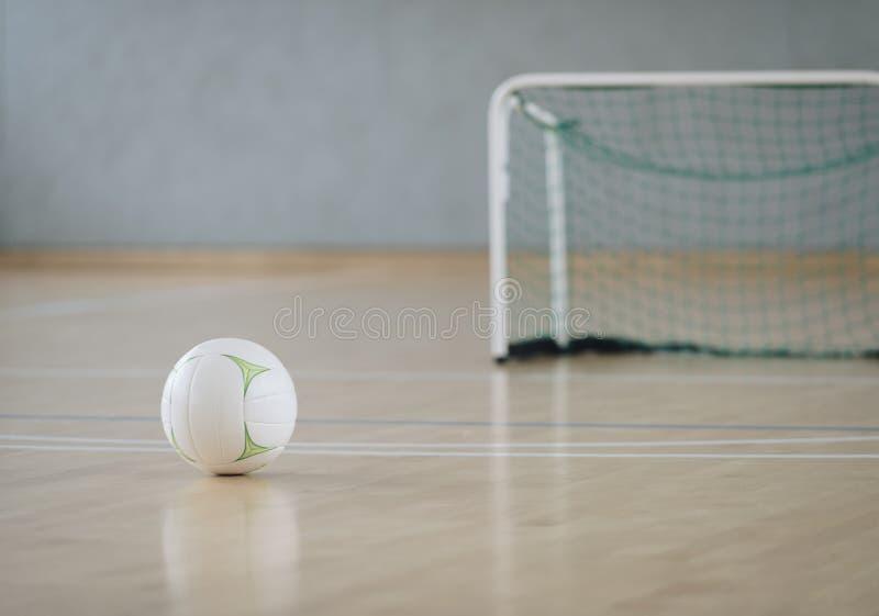 Palla bianca alla corte futsal Sport di squadra immagine stock