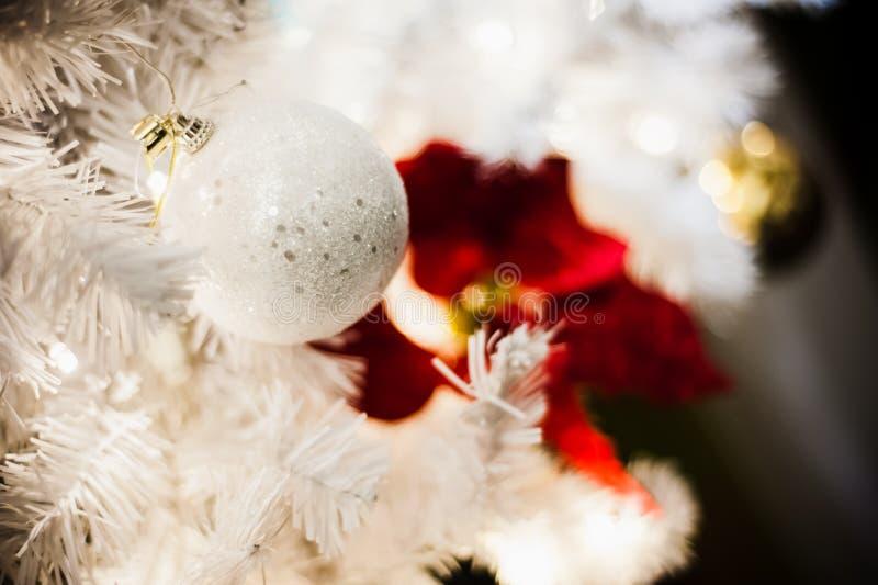 Palla bianca sull'albero di natale bianco fotografia stock libera da diritti
