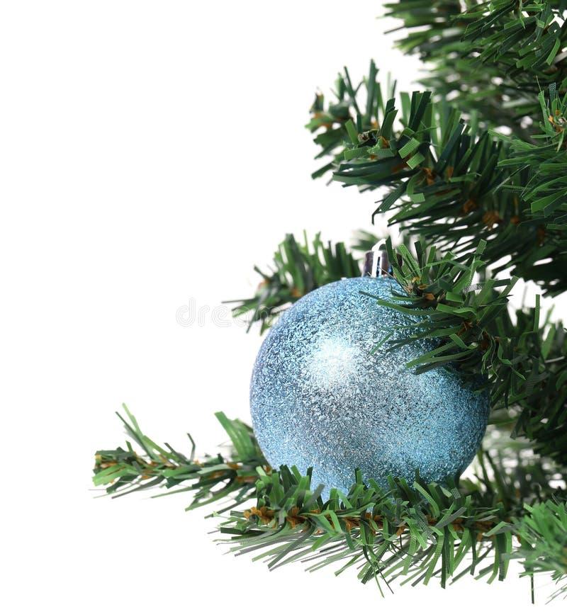Palla blu sull'abete artificiale di Cristmas. fotografia stock libera da diritti