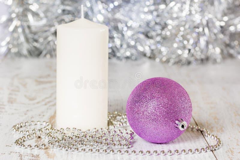 Palla, candela e perle di Natale fotografie stock