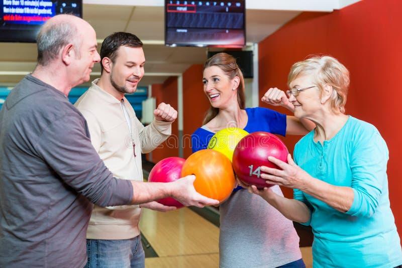 Palla da bowling felice della tenuta della famiglia fotografia stock