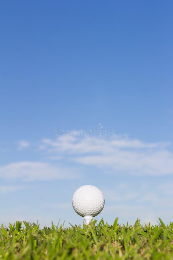 Palla da golf su un T con il fondo del cielo fotografie stock libere da diritti