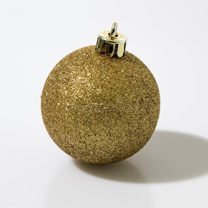 Palla dei christmass dell'oro in un fondo bianco fotografia stock libera da diritti