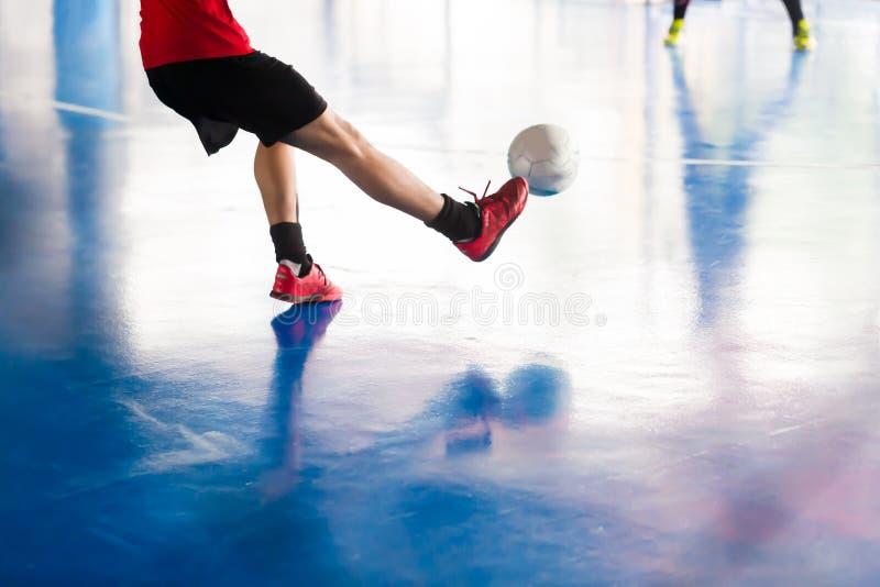 Palla del tiro del giocatore di Futsal allo scopo Palestra di calcio dell'interno foo fotografie stock libere da diritti