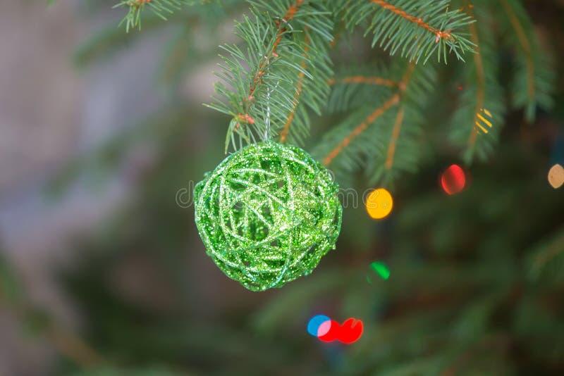Palla dell'albero di Natale su un ramo fotografie stock