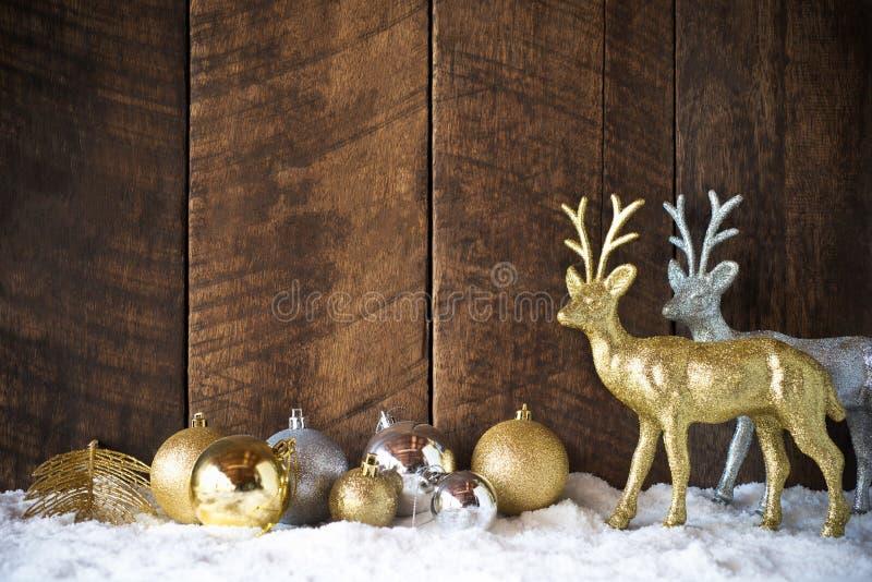 palla dell'argento dell'oro di natale e decorazione della renna con il BAC di legno fotografie stock libere da diritti