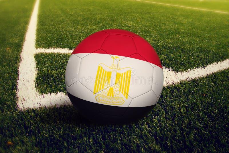 Palla dell'Egitto sulla posizione di scossa d'angolo, fondo del campo di calcio Tema nazionale di calcio su erba verde immagini stock libere da diritti