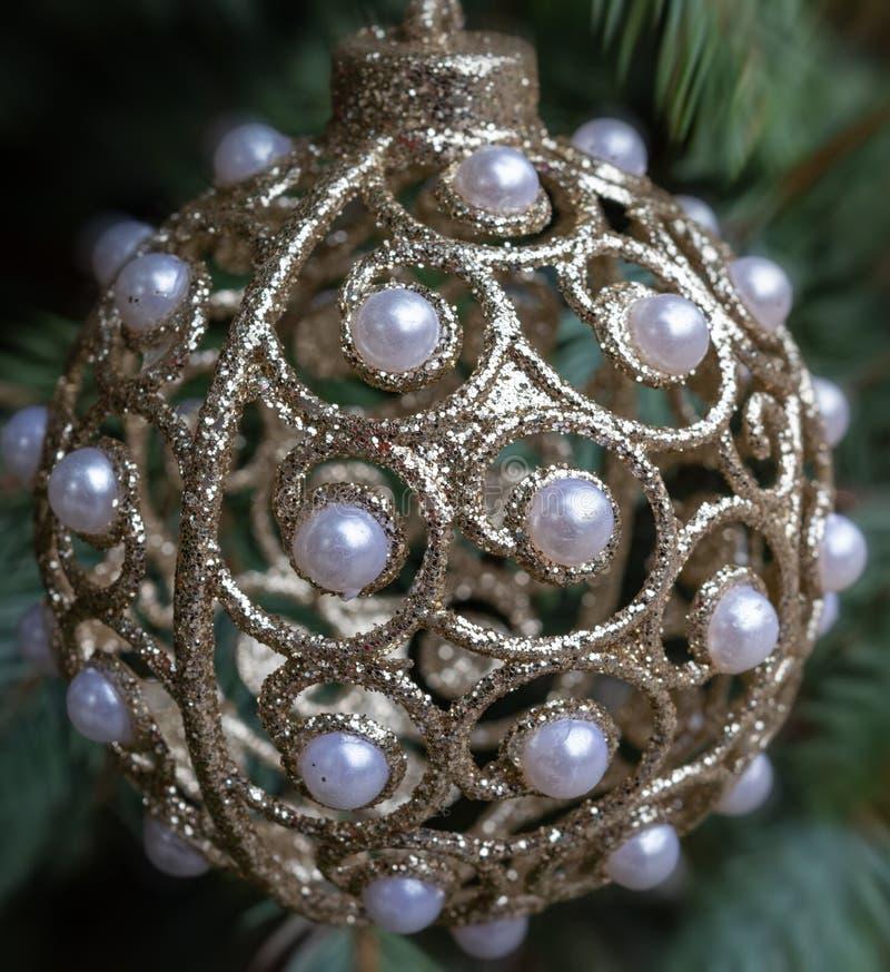 Palla della decorazione di Natale con il primo piano delle perle fotografia stock libera da diritti