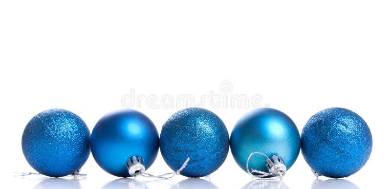 Palla della decorazione di natale di cinque blu su un fondo bianco con la s immagine stock libera da diritti