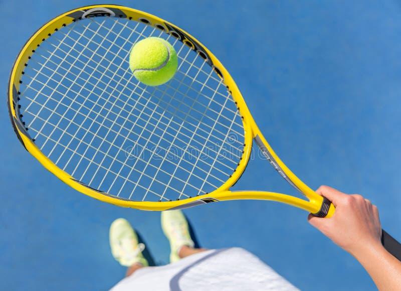 Palla della tenuta del tennis sul selfie della corte di racchetta fotografia stock