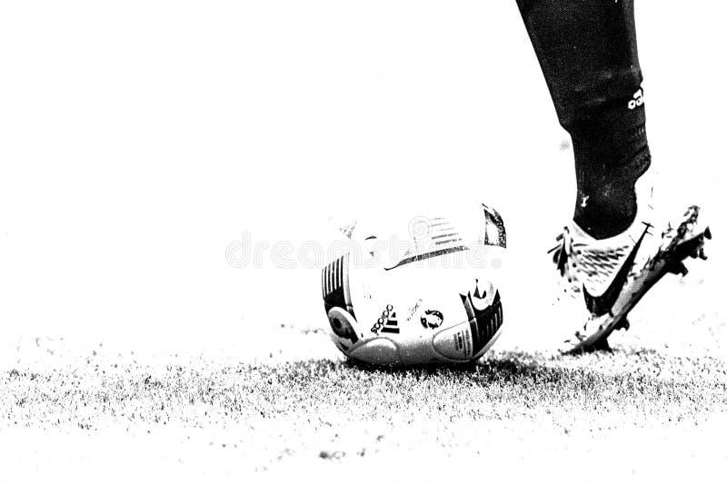 Palla di Adidas e scarpa di calcio Nike fotografie stock
