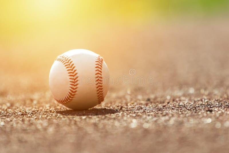 Palla di baseball sul monticello di lanciatori Campo di baseball al tramonto fotografia stock libera da diritti