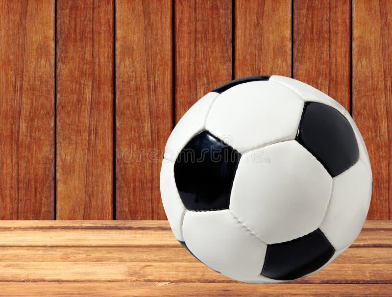 Palla di calcio (calcio) sulla tavola di legno fotografie stock libere da diritti