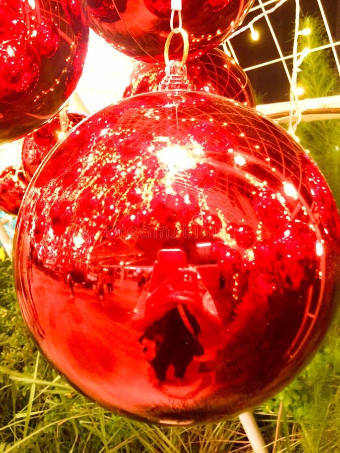 Palla di colore chiaro decorata con il Natale Bello camino ammobiliato Sfere e canutiglia rosse di natale fotografia stock libera da diritti