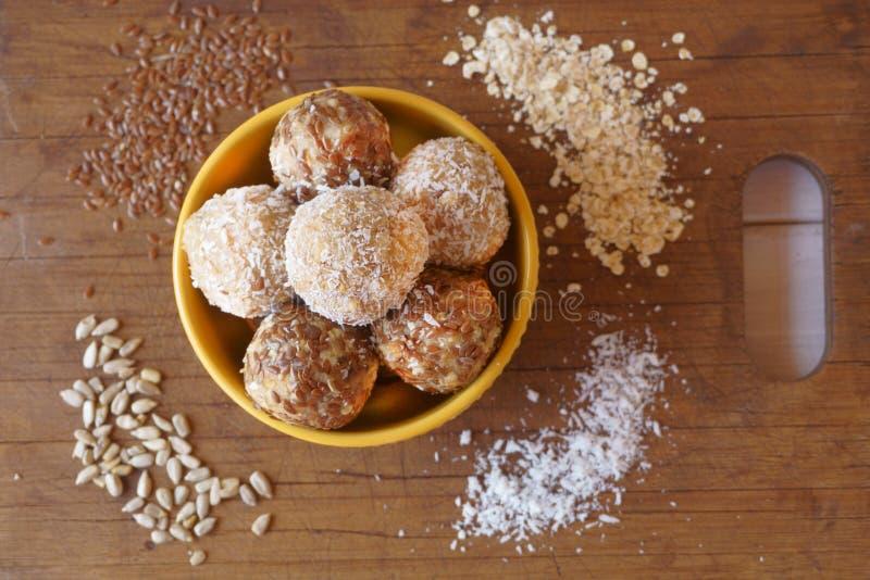 Palla di energia della farina d'avena, noce di cocco, semi di lino, frutta fotografie stock libere da diritti