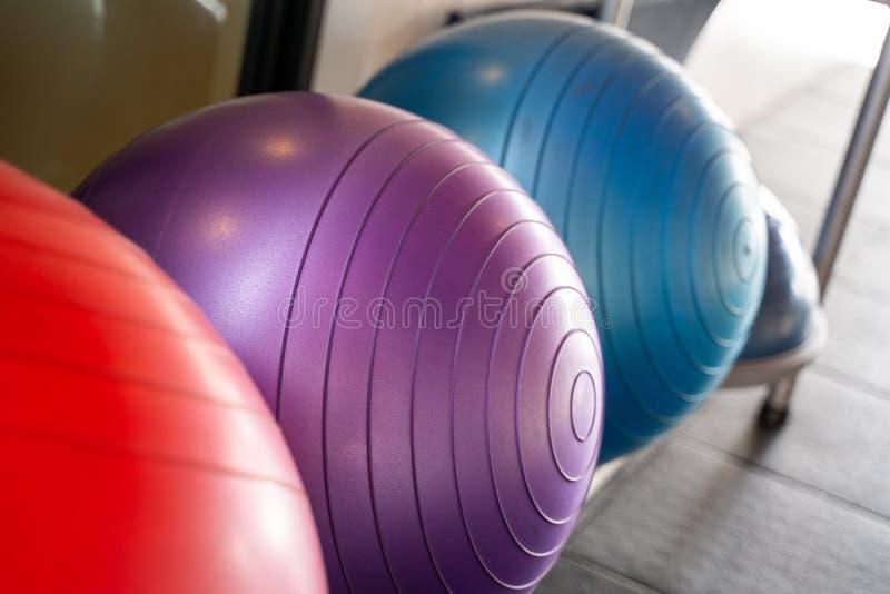 Palla di gomma di yoga per l'esercizio fotografie stock libere da diritti