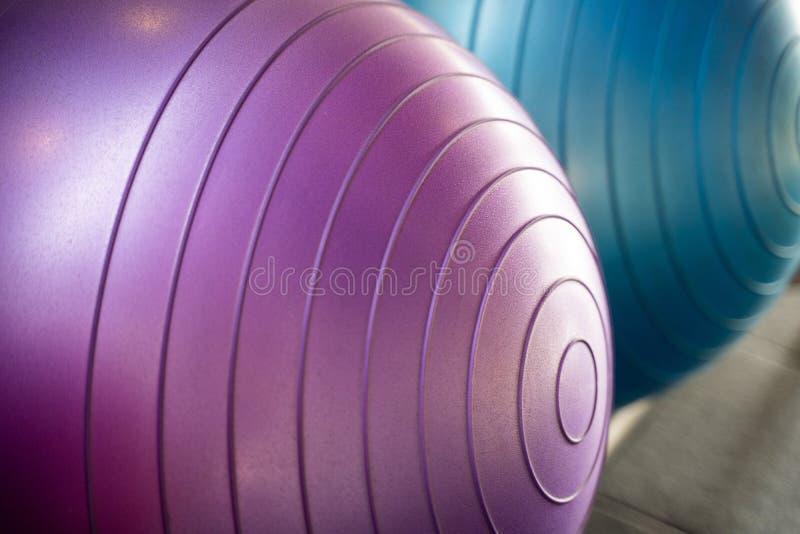 Palla di gomma di yoga per l'esercizio fotografia stock libera da diritti
